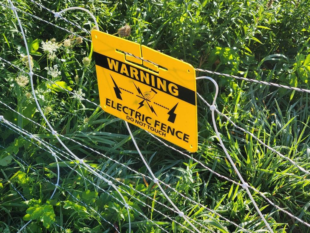 sign warning of electric fence