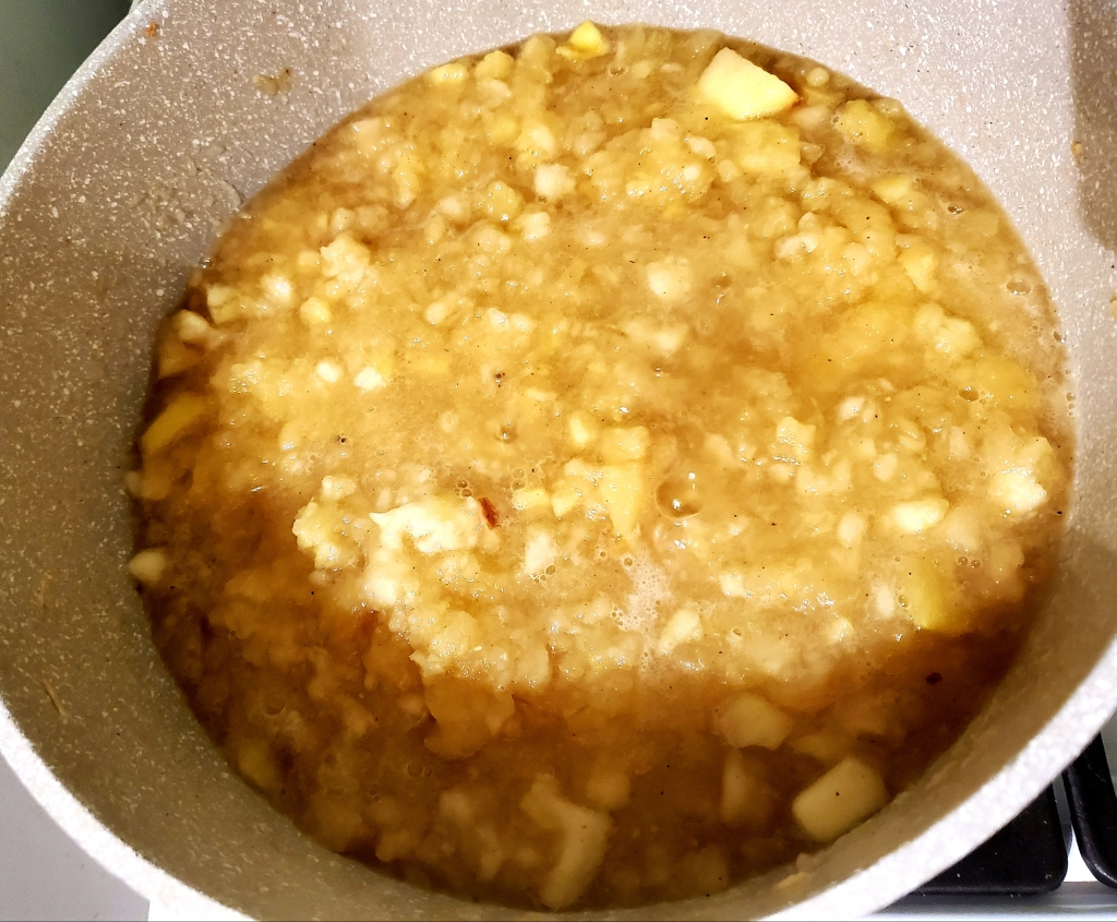 Cooked apples in the pot.